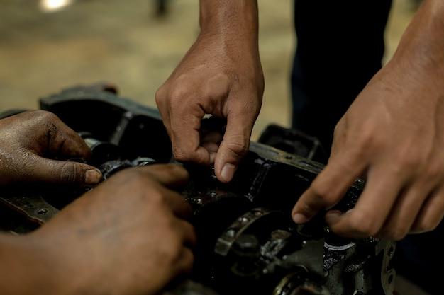 Reparieren sie ein auto verwenden sie einen schraubenschlüssel und einen schraubendreher, um zu arbeiten. regelmäßige überprüfung von gebrauchtwagen.
