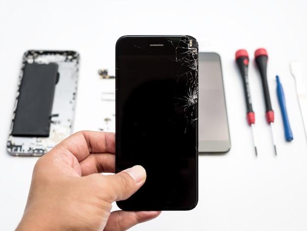 Reparieren sie gebrochenen smartphone auf weißem hintergrund