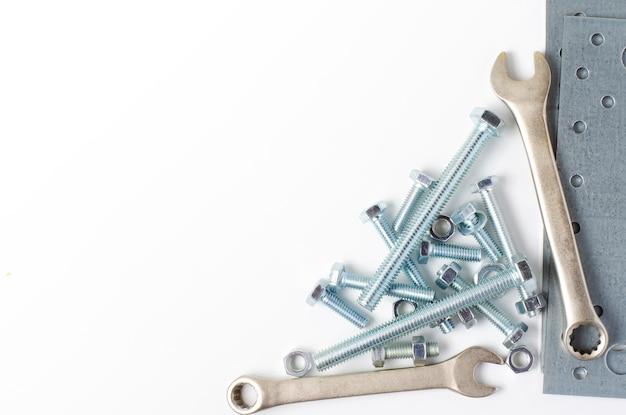 Reparierwerkzeug. bolzen und schraubenschlüssel. weißer hintergrund. speicherplatz kopieren