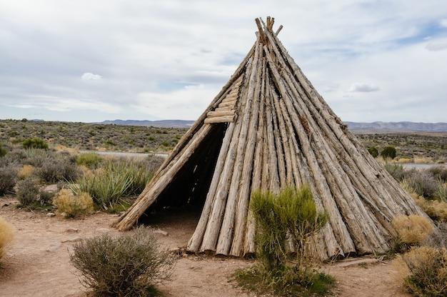Replik der traditionellen hualapai-indianerwohnung