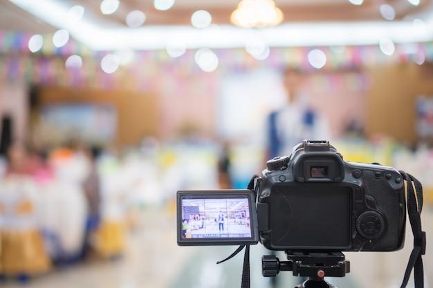 Reporter auf videokamera, camcorder-interviews, operator, der für plattensprecher oder moderator arbeitet
