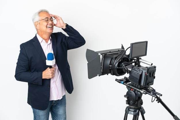 Reporter brasilianischer mann mittleren alters, der ein mikrofon hält und nachrichten isoliert auf weißem hintergrund lächelt viel smiling