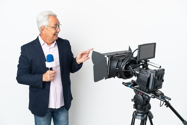 Reporter brasilianischer mann mittleren alters, der ein mikrofon hält und nachrichten isoliert auf weißem hintergrund meldet, um die lösung zu realisieren, während er einen finger hochhebt