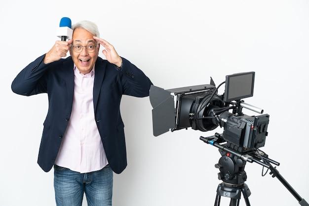 Reporter brasilianischer mann mittleren alters, der ein mikrofon hält und nachrichten isoliert auf weißem hintergrund mit überraschungsausdruck meldet