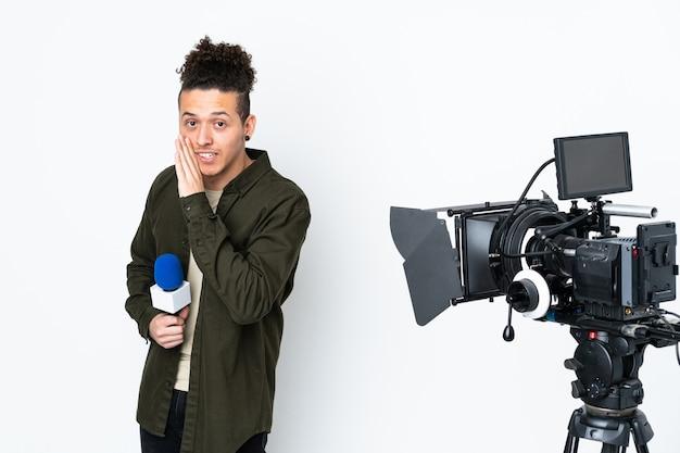 Reporter mann hält ein mikrofon und berichtet nachrichten flüstern etwas
