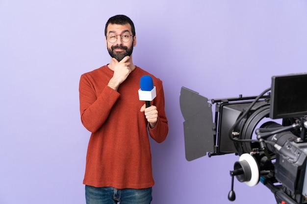 Reporter mann posiert mit einem mikrofon und berichtet nachrichten