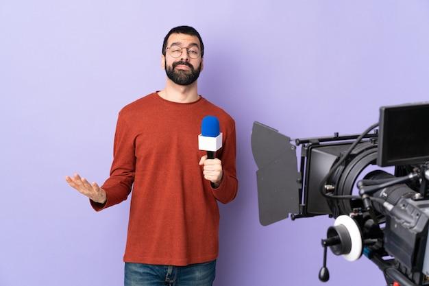 Reporter mann posiert mit einem mikrofon