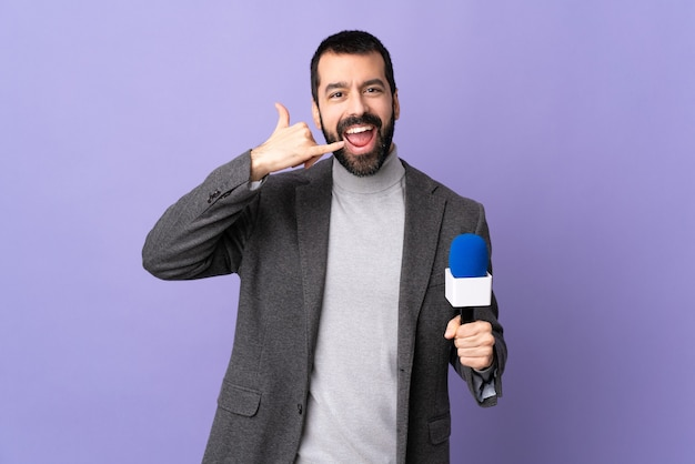 Reporter mann posiert