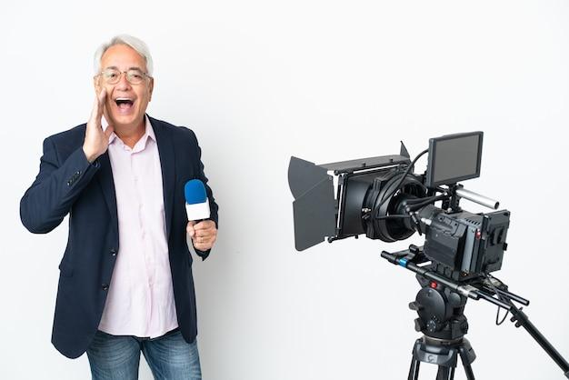 Reporter mittelalter brasilianischer mann, der ein mikrofon hält und nachrichten lokalisiert auf weißem hintergrund schreit, der mit offenem mund schreit