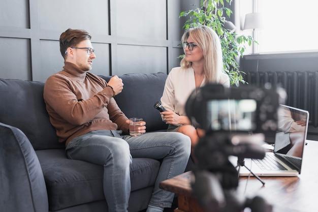Reporter nimmt interview