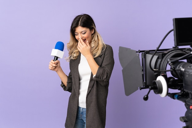 Reporter teenager-mädchen hält ein mikrofon und berichtet nachrichten