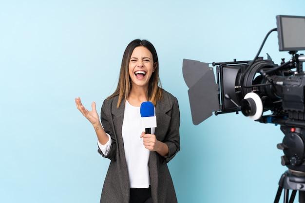 Reporterfrau, die ein mikrofon hält und die nachrichten unglücklich und mit etwas frustriert berichtet