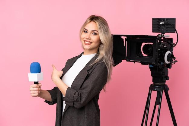 Reporterfrau, die ein mikrofon hält und nachrichten berichtet