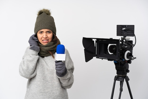 Reporterfrau, die ein mikrofon hält und nachrichten isoliert meldet