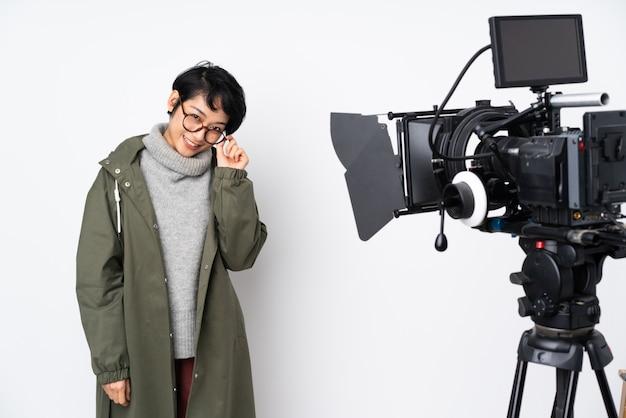 Reporterfrau, die ein mikrofon hält und nachrichten meldet