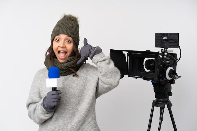 Reporterfrau, die ein mikrofon hält und nachrichten über der lokalisierten weißen wand macht telefongeste berichtet. rufen sie mich zurück zeichen
