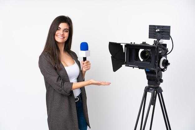 Reporterfrau, die ein mikrofon hält und nachrichten über isolierte wand meldet