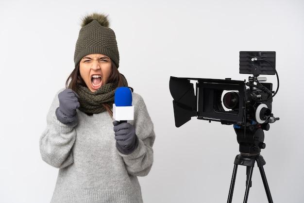 Reporterfrau, die ein mikrofon hält und nachrichten über isolierten weißen hintergrund meldet, frustriert durch eine schlechte situation