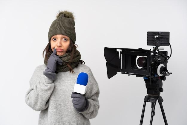 Reporterfrau, die ein mikrofon hält und nachrichten über isolierten weißen hintergrund und nach vorne schauend meldet