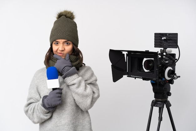Reporterfrau, die ein mikrofon hält und nachrichten über isoliertes denken des weißen hintergrunds berichtet