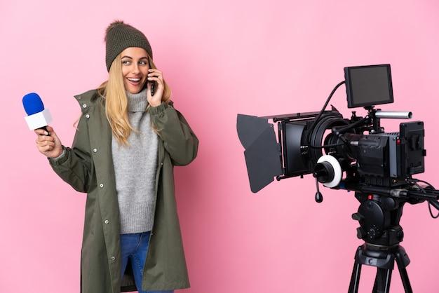 Reporterfrau, die ein mikrofon hält und nachrichten über isoliertes rosa meldet