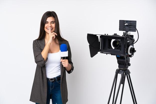 Reporterfrau, die ein mikrofon hält und nachrichten über isoliertes weiß berichtet, das schweigegeste tut