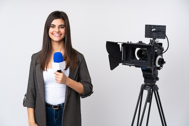 Reporterfrau, die ein mikrofon hält und nachrichten über isoliertes weiß über isoliertes weiß berichtet