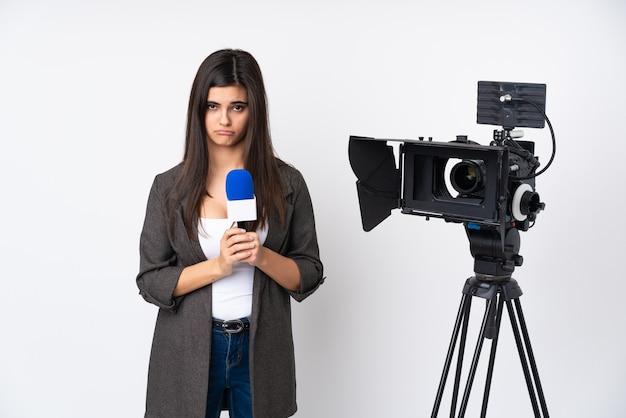 Reporterfrau, die ein mikrofon hält und nachrichten über isoliertes weißes plädoyer berichtet