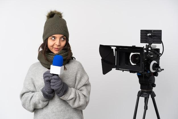 Reporterfrau, die ein mikrofon hält und nachrichten über isoliertes weißes schema etwas berichtet