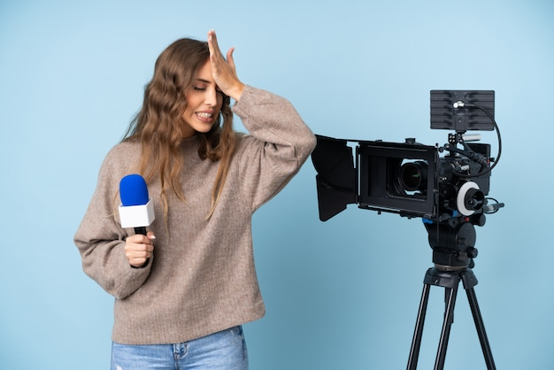Reporterfrau mit mikrofon und kamera