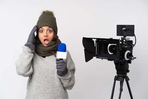 Reporterin, die ein mikrofon hält und nachrichten über eine isolierte weiße wand meldet, hat gerade etwas realisiert und beabsichtigt, die lösung zu finden