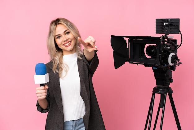 Reporterjugendlichfrau über lokalisierter wand