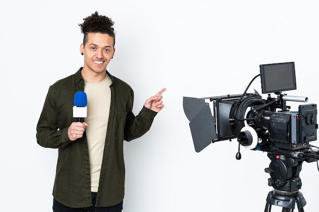 Reportermann, der ein mikrofon hält und nachrichten meldet, die finger zur seite zeigen