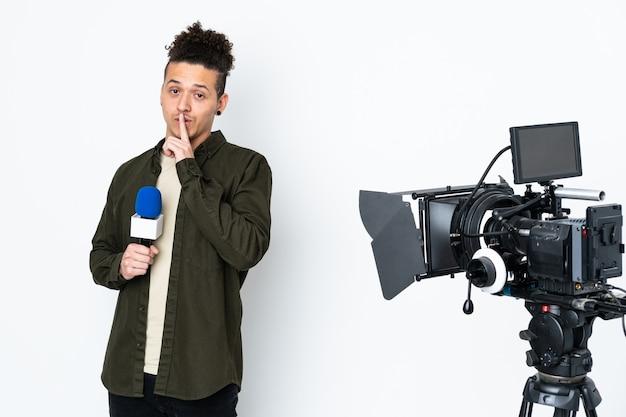 Reportermann, der ein mikrofon hält und nachrichten meldet, die schweigengeste tun