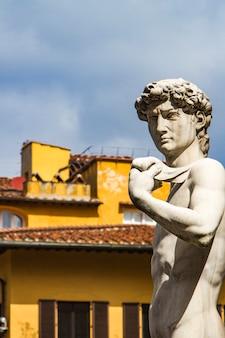 Reproduktion der michelangelo-statue david vor dem palazzo vecchio in florenz