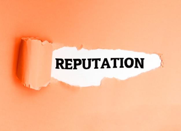 Reputation, in englischer sprache auf einem zerrissenen papier geschrieben, ermutigt zum handeln.