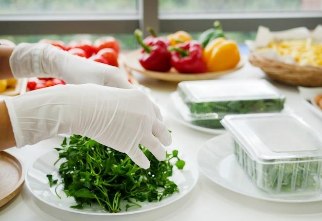 Requisiten, gemüse und obst wie paprika, zwiebeln, tomaten, zitronen und knoblauch