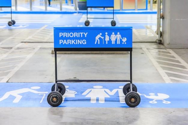 Reserviertes autoparkenzeichen auf leerem parkplatz für familie mit kindern