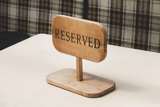 Reserviertes holzschild auf tabelle in einem restaurant