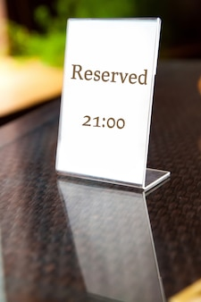 Reserviertes schild am tisch im restaurant