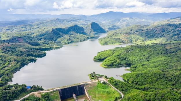 Reservoir im tal in der draufsicht der regenjahres-luftaufnahme vom brummen
