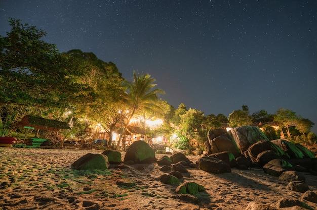 Resortbeleuchtung am strand mit sternen