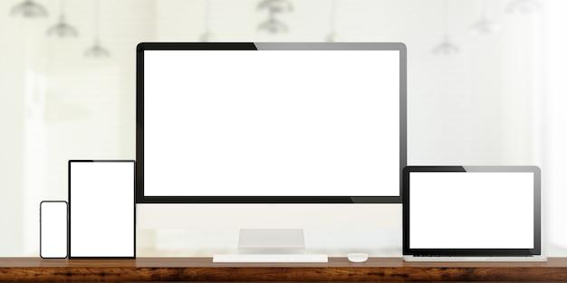 Responsive geräte auf hölzernen desktop