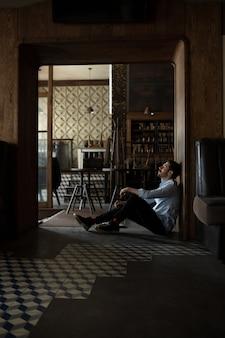 Restaurant, café, bar aufgrund der sperrung des covid-19- oder coronavirus-ausbruchs geschlossen, gestresster besitzer eines kleinen unternehmens, deprimiert, verzweifelt. geschäftsmann erschöpft, verärgert. geschäft, wirtschaft, finanzkrise.