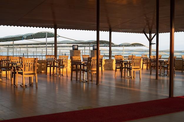 Restaurant, café im tropischen luxusresort. foto in hoher qualität