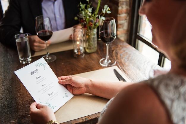 Restaurant, das klassisches lebensstil reserviertes konzept abkühlt