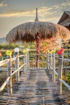 Restaurant mit guter atmosphäre wunderschöner bergblick, chiang rai, thailand