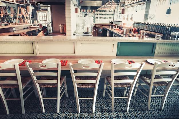 Restaurant mit tisch und geschirr
