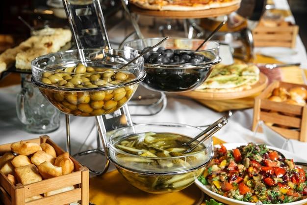 Restaurant-mittags-catering-buffet mit verschiedenen gurkensnacks