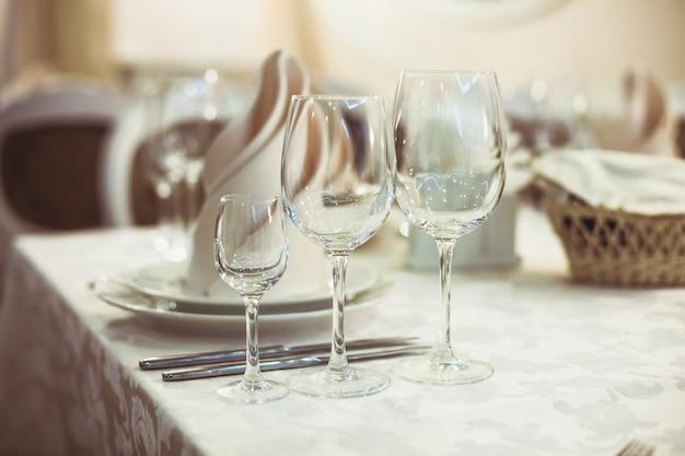 Restaurant serviert auf dem tisch hautnah